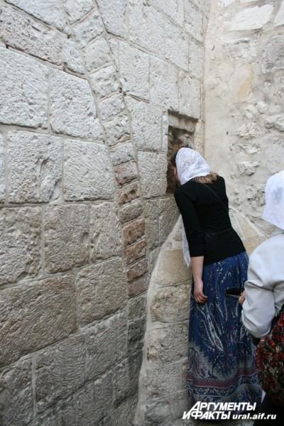 Паломники никогда не проходят мимо камня, сохранившего отпечаток ладони Спасителя.