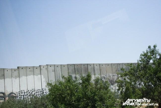 Вифлеем – административная территория Палестины. Пропускной режим здесь работает по принципу «всех впускать, никого не выпускать». Автобусы с паломниками и туристами беспрепятственно въезжают в Вифлеем. Обратно – проверка документов на КПП. Жители Вифлеем