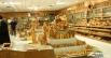 Сувенирной лавкой в Вифлееме заправляют православные арабы. К покупателям здесь относятся с неизменным почтением.