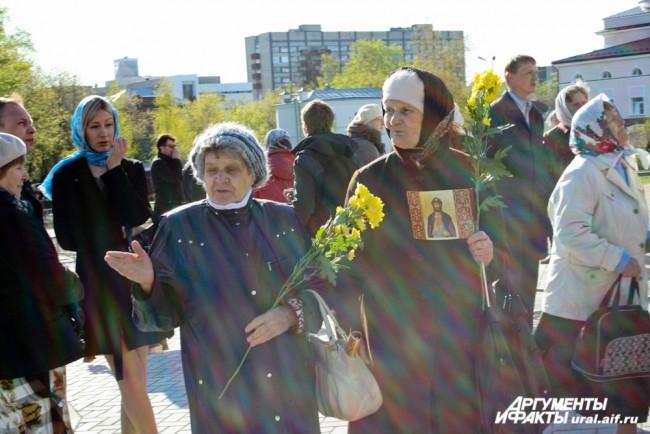 Второе рождение храма прихожане встречали с цветами.