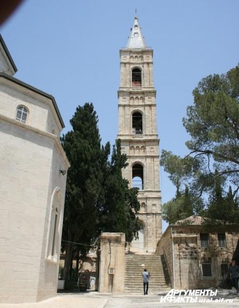 Колокольня русского женского Спасо-Вознесенского монастыря на Елеоне - самое высокое здание Иерусалима. Она получила название «русская свеча».
