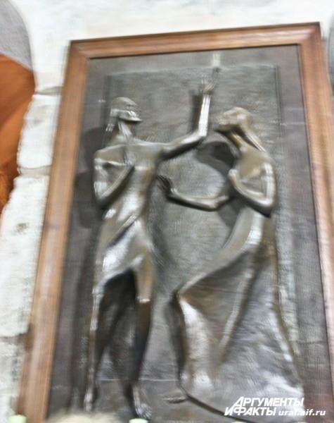 Католическая скульптура Марии Магдалины, и пределы, принадлежащие различным конфессиям.