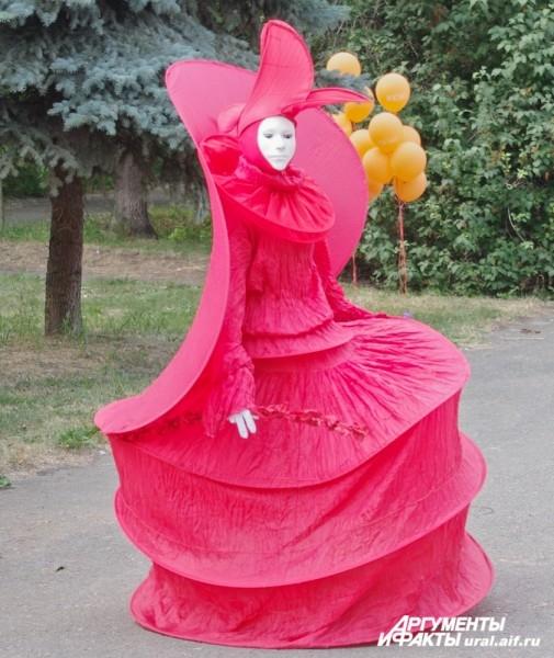 Уже на входе на территорию зеленой зоны екатеринбуржцев и гостей города встречает знатная театральная дама