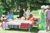 Хлебосольные столы были накрыты прямо вдоль аллей парка.