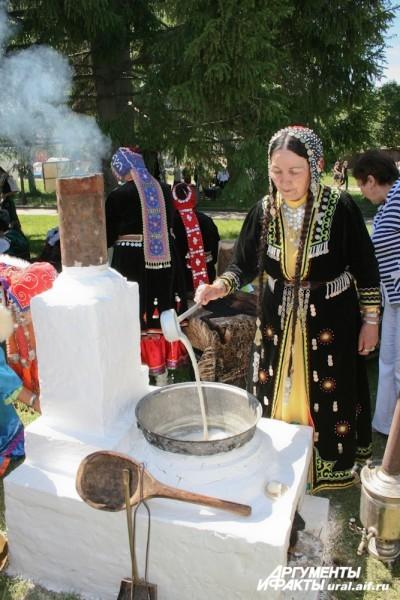 Всем желающим демонстрировался способ приготовления курута – кисломолочного продукта, представляющее собой нечто среднее между молодым сыром и сухим творогом.