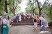Ко второй сцене фестиваля вела лестница, изысканно украшенная белой тканью и цветами