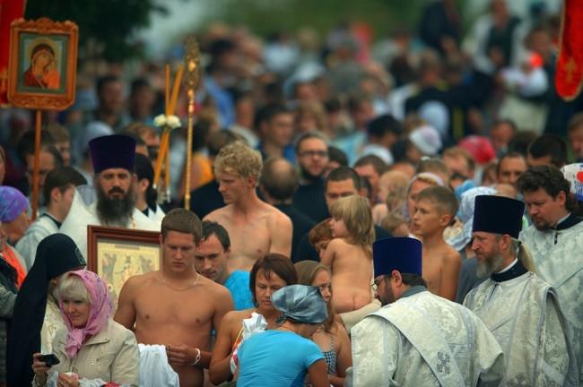 Предварительно принять крещение на Чусовой изъявили желание 150 человек. В результате в таинстве приняли участие 300 уральцев.
