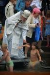 Многие уральцы крестили в Чусовой даже детей. Вопреки тревожным прогнозам синоптиков, в этот день погода выдалась по-настоящему летней.