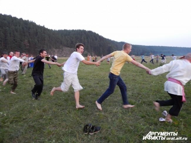 Уже ближе к сумеркам мужчины начинают традиционные молодецкие состязания. Казалось бы, что может быть сложного в обычном хороводе? А то, что он несется с бешеной скоростью, которую могут выдержать только действительно сильные телом и духом!