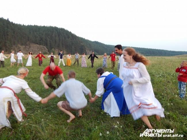 Молодежь играла в забавные традиционные игры. Например, за утицей (кто-нибудь из девушек) должен гоняться селезень (кто-то из парней), а хоровод в это время напевает шутливую песенку и, по своему усмотрению, помогает одному из персонажей. В финале пойманн