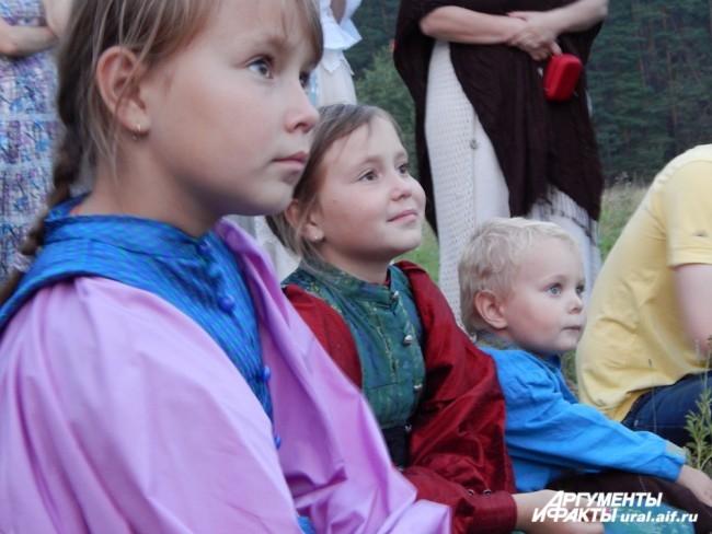 Дети с интересом наблюдают за массовыми гуляньями. Самых маленьких крох не пускают в большие хороводы из соображений безопасности.