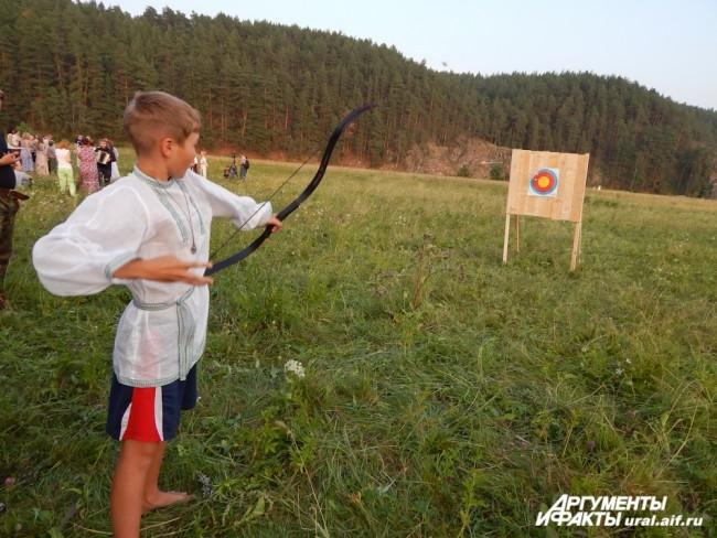 Собравшихся поразил юный стрелок, чьи стрелы раз за разом отточенным движением руки отправлялись в самый центр мишени.