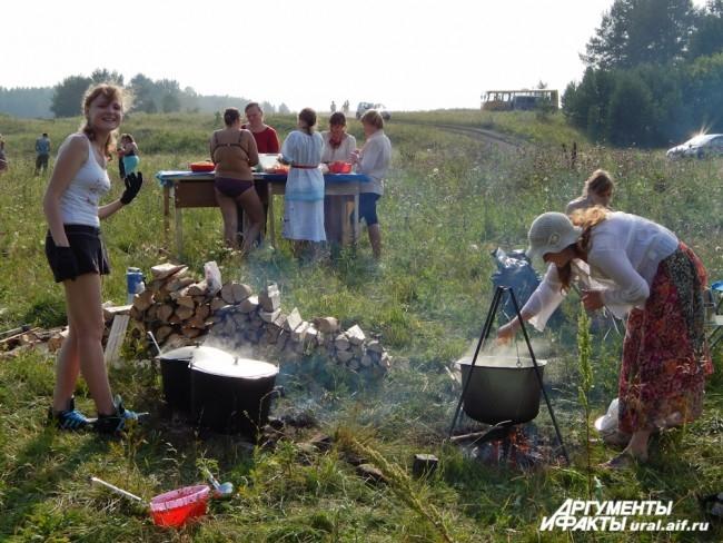 Женщины раскинули кухню прямо в открытом поле! Гости праздника без дела не сидели – каждый мог внести посильный вклад в подготовку торжества.