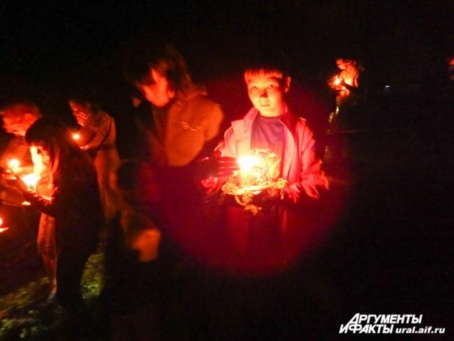 Немалых усилий стоит донести Огневицу от Крады к реке – за все это время свеча не должна потухнуть, иначе придется возвращаться к костру, чтобы снова зажечь ее. Если свеча ни разу не потухла – это хороший знак.