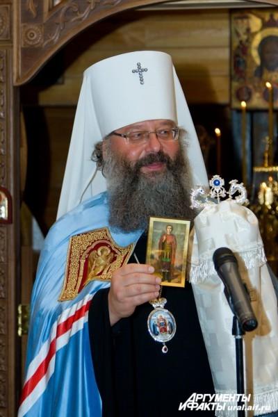 Митрополит Кирилл с иконой Димитрия Солунского.