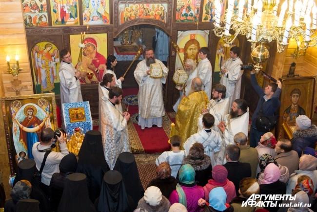 Также владыке сослужили благочинные округов, настоятели храмов и другие священники.