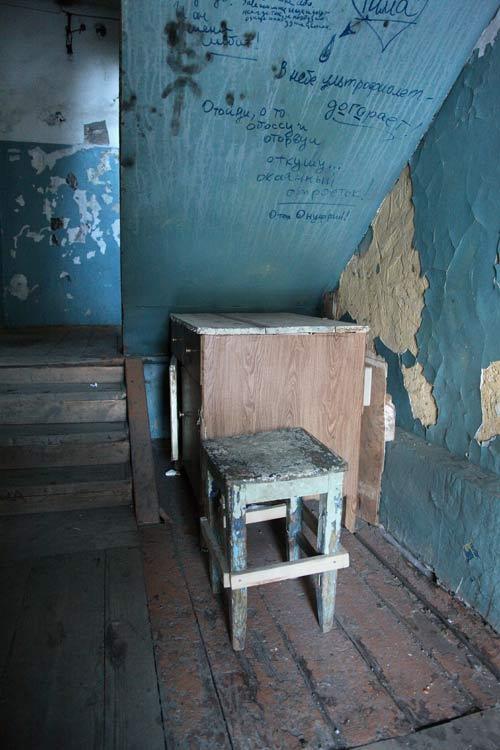 - Этот же подъезд оборудован мебелью хоть и устаревшего дизайна, зато крепкой.