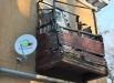 Время таки неумолимо. Балкон разрушается, но телевизор показывает уже 100 каналов.