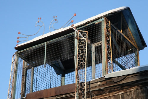 - Это и есть голубятни. Об этом свидетельствуют две металлические фигуры голубков, художественно установленных на крыше.