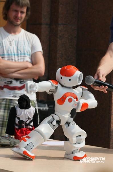 Всё, что может человек, этот робот, теоретически, тоже может. Одна проблема: пока что НАО понимает только английскую речь. Но уже к осени челябинские студенты-конструкторы обещали научить эту механическую девочку разговаривать по-русски.