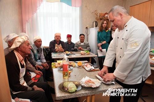 Дедушки внимательно наблюдают и запоминают кулинарные советы