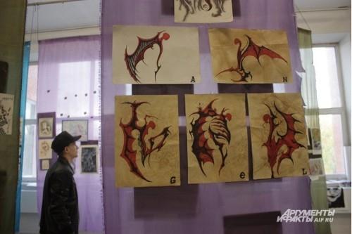 У ангелов, нарисованных молодыми художниками, окровавленные крылья.