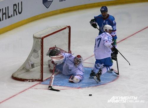 В первом периоде лидировала команда «Востока» с явным преимуществом – 6:3, притом, что счет в матче открыл Илья Ковальчук, капитан команды «Запада»