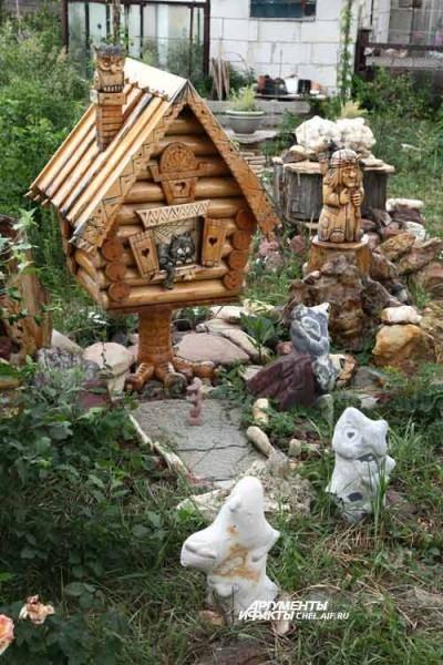 Среди камней встречаются великолепные деревянные фигуры - работы друга Маторы, Юрия Деняева.