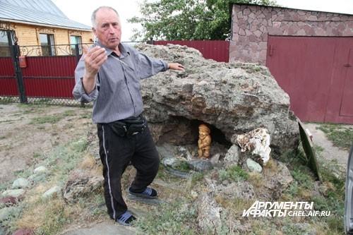 Пришедших на экскурсию встречает... гномик в камне. После ухода гостей хозяин прикрывает его доской, чтоб в камне не поселились собаки.