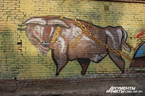 Внушительных размеров бык с суровым взглядом притаился на одной из стен во дворах ЮУрГУ.