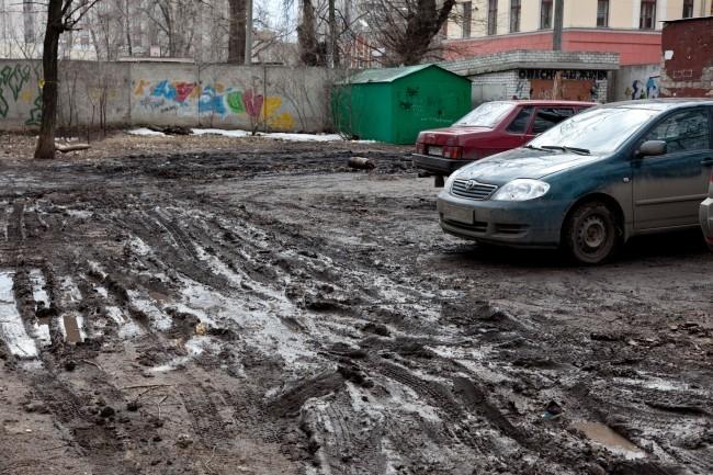 20 лет Октября, дом №95Б. Здесь грязь месят и жильцы дома, и мусоровоз каждое утро делающий по двору круг.