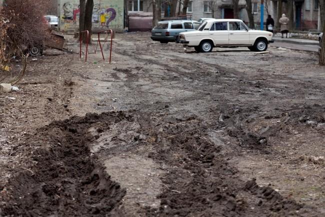 20 лет Октября, дом № 48. В этом дворе прошлом году прошёл «капительный ремонт», сделали тротуар и проезжую часть. Не её не расширили и люди вынуждены продолжать пароваться в грязи. А раз ремонт уже прошёл, теперь можно вообще и не ждать каких либо улучше