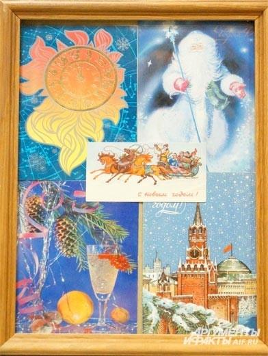 Помимо ёлочных украшений на выставке можно увидеть новогодние открытки советских времён.