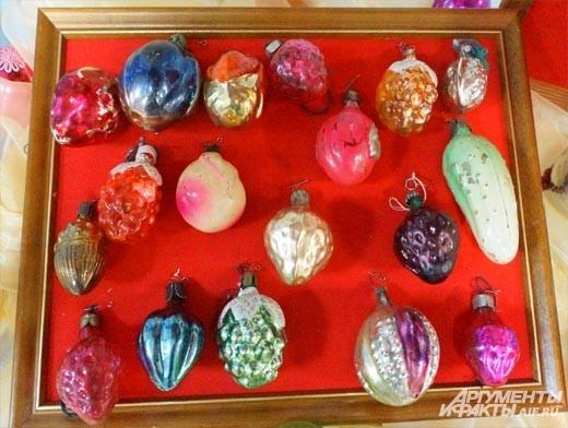Большинство ёлочных игрушек выполнены в виде овощей и фруктов.