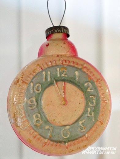 После выхода в 1956 году отечественного фильма «Карнавальная ночь» была выпущена серия ёлочных игрушек в виде часов со стрелками, застывшими на последних пяти минутах до полуночи.