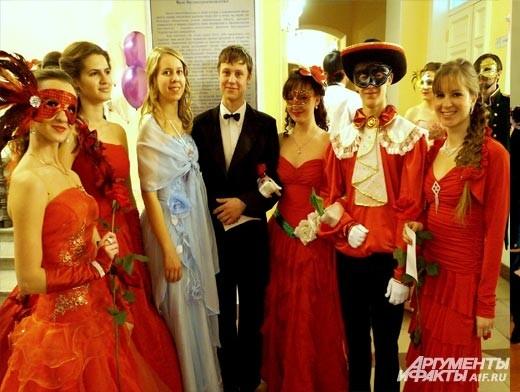 Многие девушки, стараясь не выходить за рамки заданной темы вечера, предпочли образ капризной Розы