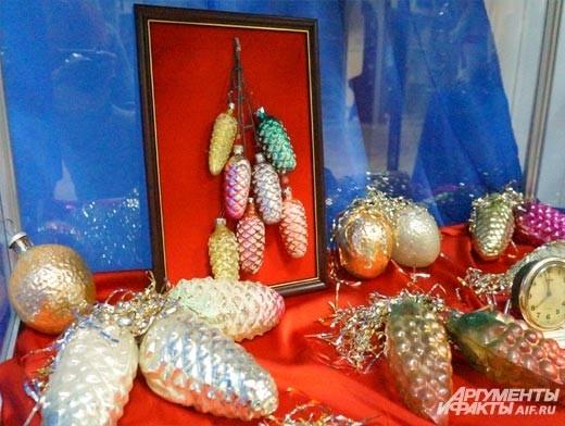 Какая же ёлка может быть без шишек? Первые послевоенные новогодние игрушки делали из толстого стекла, постепенно они становились всё более хрупкими и лёгкими.