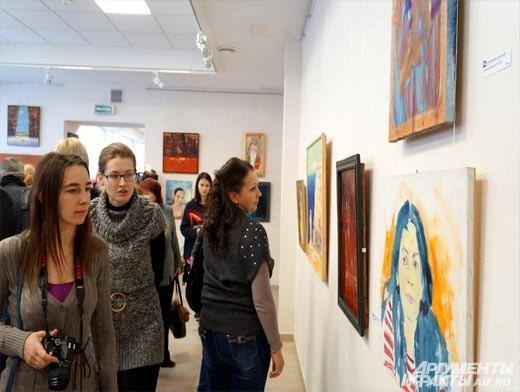 Гости вернисажа восхищались количеством и многообразием картин. Художник скромно признался, что сам не знает их точного количества