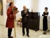 Председатель Белгородского Союза художников Станислав Дымов вручил юбиляру в подарок огромный холст