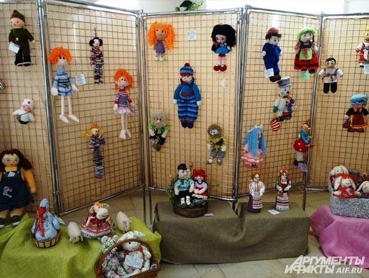В экспозиции представлено множество вязанных кукол и сшитых из лоскутов.