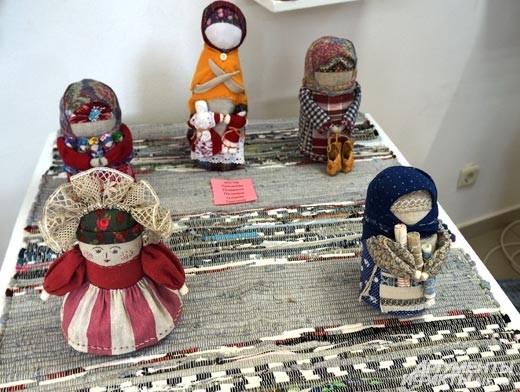 Некоторые мастера придерживаются старинных традиций, искусственно состаривая своих кукол, придавая им вид давних тряпичных предшественниц.