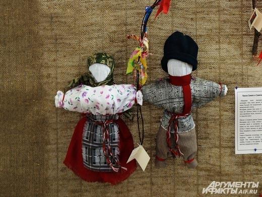Таких дарили молодожёнам в знак их вечной любви. Те, что на ветке – втыкались в каравай. Считается, что с тех времён до нас дошла традиция устанавливать фигурки жениха и невесты на свадебном торте.