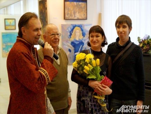 Художник тепло поблагодарил за поддержку самых близких людей: отца, жену и сына