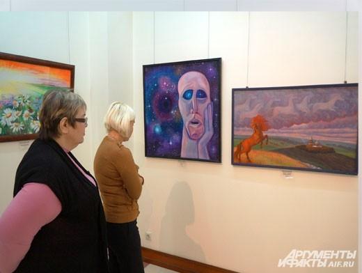 Посетители выставки увлечённо рассматривают работы молодых и перспективных художников.