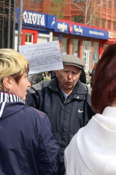 Пенсионер на месте трагедии  возле магазина «Охота» собирает подписи под воззванием о введении смертной казни для Сергея Помазуна