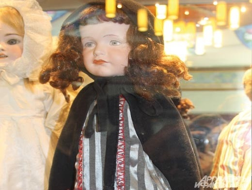 «Персонажная кукла». Фарфоровый прототип реального ребенка – девочки Гретхен, жившей  106 лет назад в Германии. Гретхен была внучкой владельца кукольной фабрики, который и сделал  для нее ее копию.