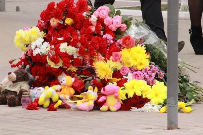 Гора цветов на месте трагедии