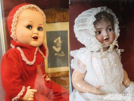 На одной из полок –  куклы с неповторимым детским обаянием. «Флиртующие глазки» – так их мило называют сотрудники музея. По лицу куклы можно узнать, что она чувствует, какой у нее характер. Эти, как кажется, очень наивные и любопытные.