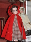 Сотрудники московского музея называют эту куклу блокадницей. Ее хозяйкой была девочка пяти лет, пережившая блокаду Ленинграда. Заботясь о кукле как о дочке, девочка чувствовала ответственность за свою игрушку, и это придавала ей сил, чтобы выжить в военны