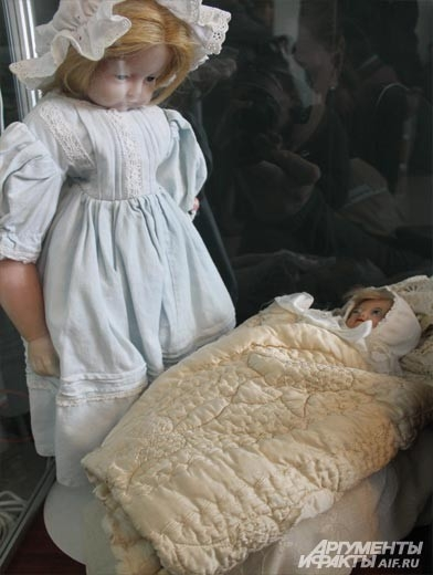 : На выставке можно увидеть восковые куклы середины XIX века. Кукла задумана  с таким расчетом, чтобы показать высокий лоб. В георгианской Англии это считалось признаком благородного происхождения.